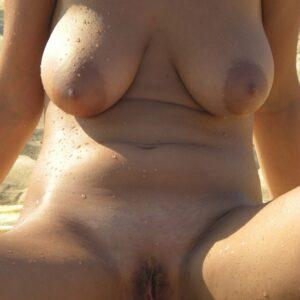 Mi esposa tetona desnuda en la playa
