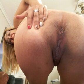 Madura culona abriendo sus nalgas