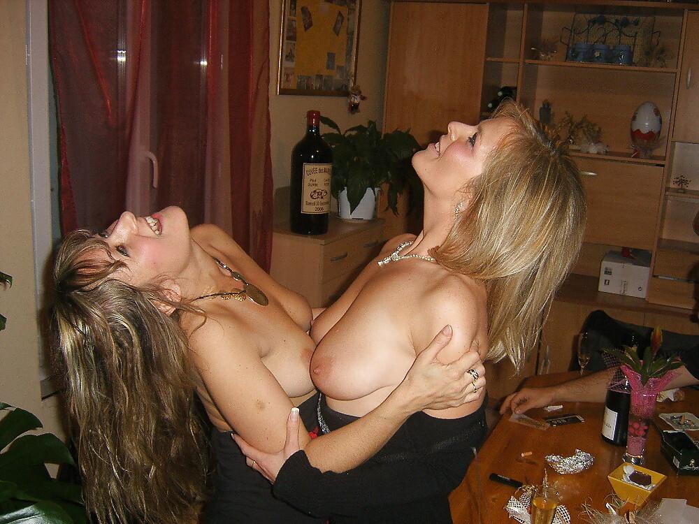 Amigas borrachas de fiesta con sus amigos